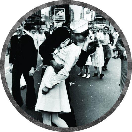 Placa Decorativa Redonda Beijo Clássico Foto Famosa Marinheiro e Enfermeira no Fim da Segunda Guerra Times Square