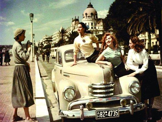 Placa Decorativa Mulheres em Carro Antigo