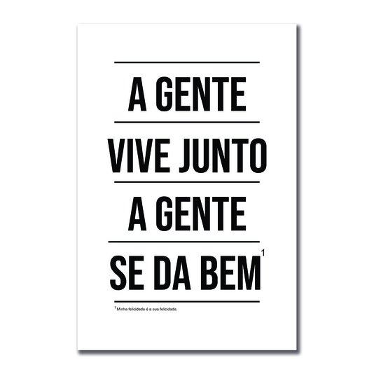 Placa Decorativa A Gente Vive Junto A Gente se dá Bem - Com Nota de Rodapé