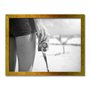 Quadro Decorativo Preto e Branco Garota com Câmera Vintage em Praia